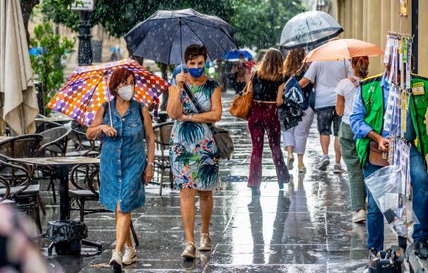 Ciudadanos con paraguas por la Av. de la Constitución, en una mañana lluviosa en Sevilla a 18 de septiembre 2020 18 SEPTIEMBRE 2020 18/9/2020