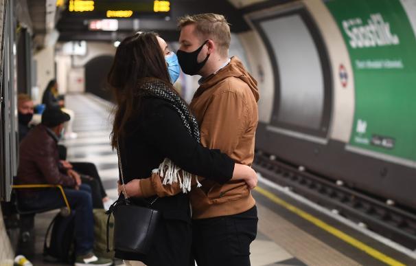 Coronavirus mascarillas metro mundo Inglaterra Reino Unido estación tren