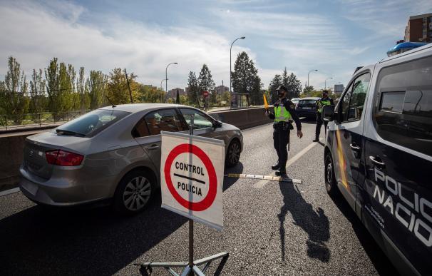 Agentes de la Policía Nacional en un control en la Nacional V, hoy viernes a mediodía, para vigilar el cumplimiento de las restricciones a la movilidad impuestas por el estado de alarma que ha decretado el Gobierno.