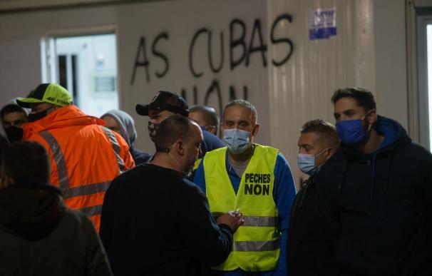 Empleados de Alcoa durante la manifestación convocada frente a la fábrica contra el ERE ejecutado de 524 trabajadores, en San Cibrao, A Mariña, Lugo, Galicia (España)