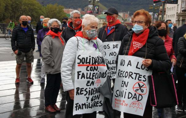 Varios pensionistas vascos se concentran en una de sus protestas habituales contra su precariedad.
