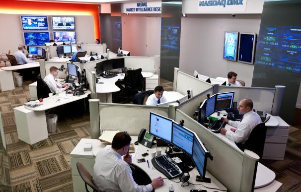Operadores en una mesa de contratación de valores.