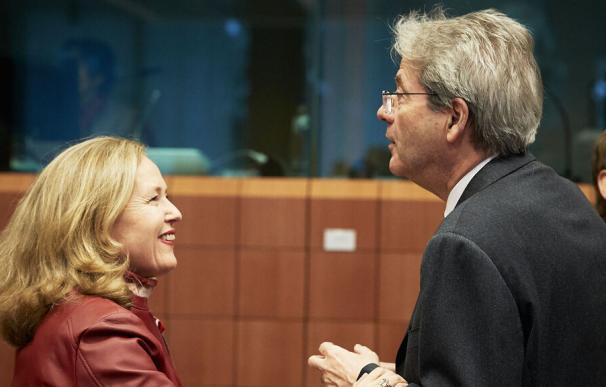 La vicepresidenta Nadia Calviño, con el comisario europeo, Paolo Gentiloni.