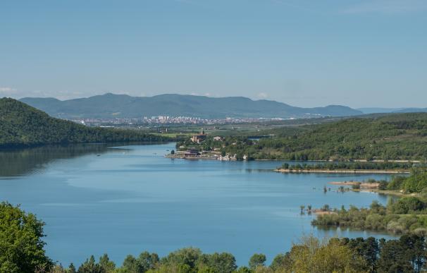 Situado en el municipio alavés de Arrazua-Ubarrundia, es un enclave esencial para el abastecimiento de agua de Vitoria-Gasteiz y a los alrededores de Bilbao, pero también es uno de los sitios más populares de la zona en verano. Disfruta de dos playas que han sido distinguidas con la bandera azul, por la calidad de su entorno y los servicios que ofrecen.