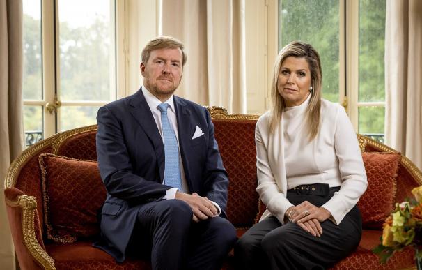 Los Reyes de países Bajos aparecen en un vídeo pidiendo perdón por irse de vacaciones a Grecia durante el confinamiento.