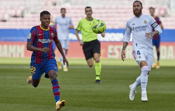 Ansu Fati y Sergio Ramos corren tras un balón en el Barcelona-Real Madrid de este sábado.