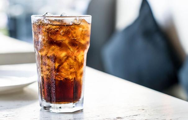 Refresco de cola en un vaso con hielos