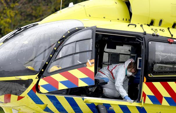 Varios sanitarios desinfectan un helicóptero en Alemania.