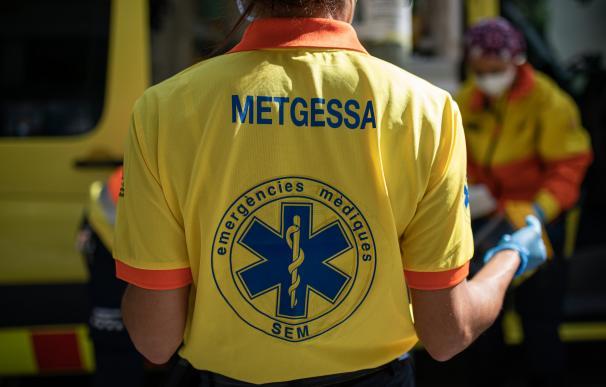 Dos técnicos del Sistema de Emergencias Médicas (SEM) de la Generalitat de Cataluña mueven una camilla