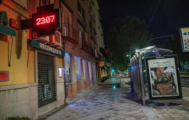 """Comienza el """"Toque de queda"""" anunciado por el gobierno para luchar contra la segunda ola de la pandemia por el coronavirus. En Toledo, los últimos transeúntes apuran el Paso para abandonar las calles nada más los relojes han marcado las 23:00 horas. EFE/Ismael Herrero"""