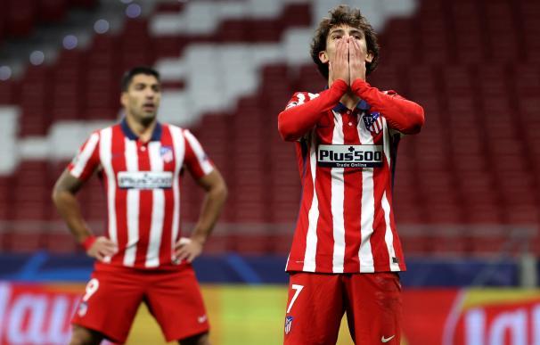 El delantero portugués del Atlético de Madrid Joao Felix (d) celebra tras marcar el segundo gol ante el Salzburgo