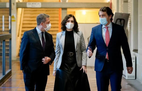 La presidenta de Madrid, Isabel Díaz Ayuso, el presidente de Castilla y León, Alfonso Fernández Mañueco, y el de Castilla-La Mancha, Emiliano García Page.