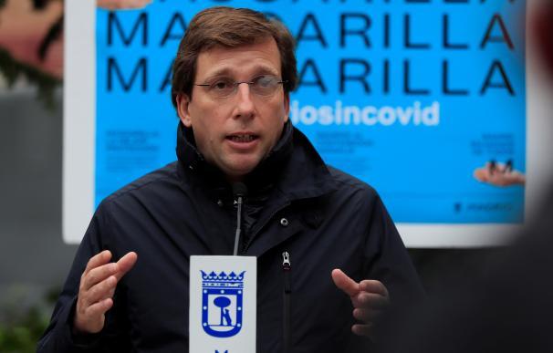 El alcalde de Madrid, José Luis Martínez-Almeida, durante su visita a un punto de información para prevenir la Covid-19