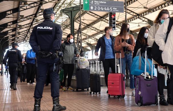Efectivos de la Policía Nacional controlan las salidas y llegadas a la estación de trenes de Valladolid a las 14:00 horas, momento en el que la Comunidad de Castilla y León quedaba confinada, no permitiéndose la salida y entrada en la misma.
