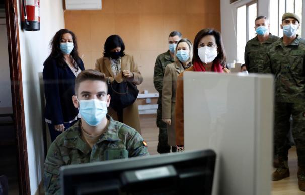 La ministra de Defensa, Margarita Robles (c-d) durante su visita a los rastreadores de la Unidad de Verificación Epidemiológica Acuartelamiento de Artillería de Fuencarral