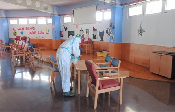 Efectivos de la UME desinfectan las instalaciones de la residencia municipal de Barbastro.
