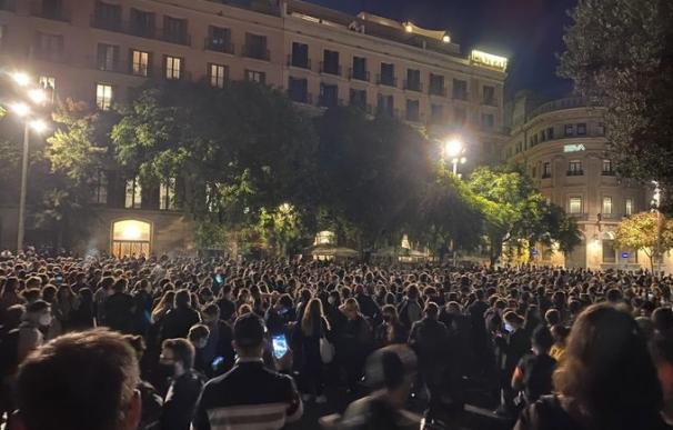 Los concentrados en el Pla de la Catedral de Barcelona en la manifestación contra los desahucios durante la pandemia.
