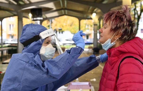 Un sanitario de Eslovaquia practica un test de coronavirus a una ciudadana.