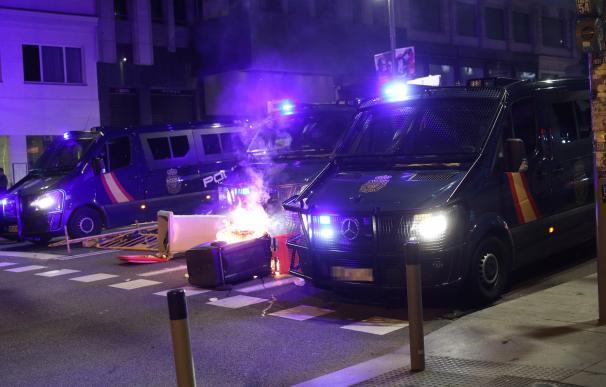 Varios vehículos de antidisturbios, en las inmediaciones de la Puerta del Sol de Madrid.