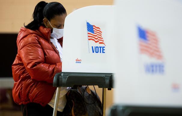 Una persona en una cabina de votación en Bowie, Maryland, este lunes