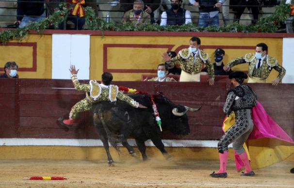 El torero Antonio Ferrera durante el festejo en Badajoz, en el que se ha encerrado en solitario con seis toros de la ganadería de Zalduendo cortando 5 orejas.