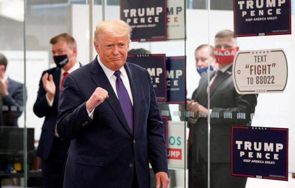 Trump se muestra confiado en la victoria en medio de la jornada electoral durante la visita a los trabajadores de campaña en el Anexo de la RNC en Arlington, Virginia.