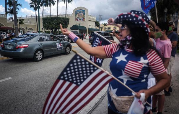 """Varios seguidores del presidente estadounidense, Donald J. Trump, confrontan a votantes del candidato demócrata, Joe Biden, durante el acto """"Latinos por Trump"""" en Miami, Florida."""