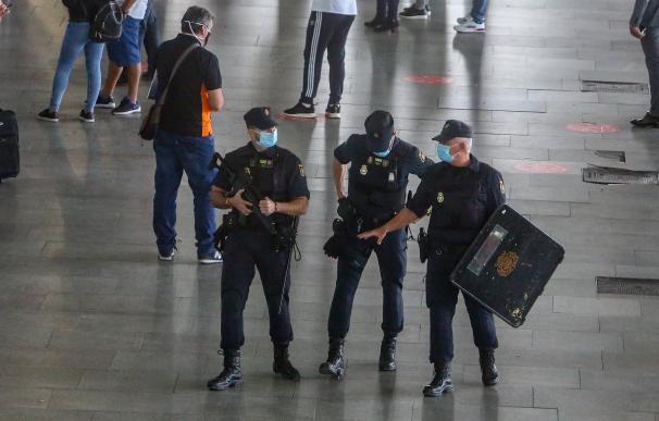 Agentes de Policía Nacional vigilan la T4 del Aeropuerto Adolfo Suárez Madrid-Barajas, en Madrid (España)
