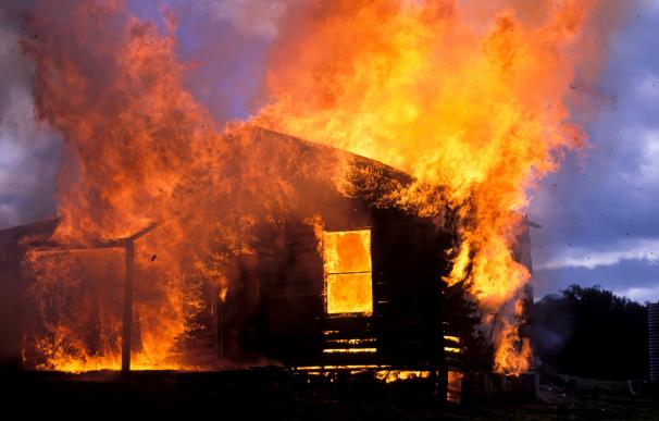 Un argentino fue quemado en su propia casa por su vecinos.