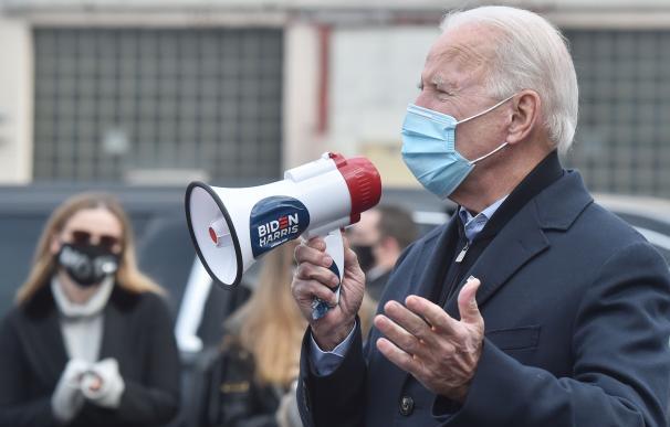 3 de noviembre de 2020. Joe Biden usa un megáfono para hablar con sus partidarios como parte de una visita rápida al Union Hall en Pensilvania.