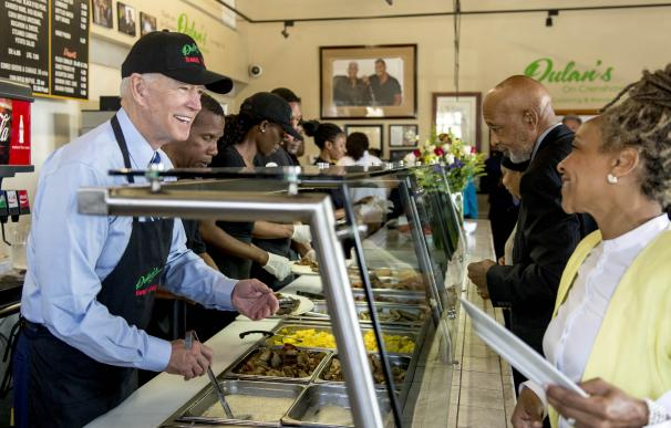 18 de julio de 2019. El candidato presidencial demócrata de EEUU, ayuda a servir el desayuno durante un evento de campaña en el restaurante Dulan's on Crenshaw en Los Ángeles.