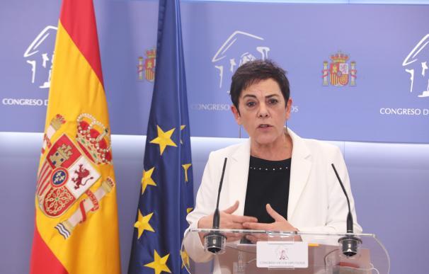 La portavoz parlamentaria de Bildu, Mertxe Aizpurua, interviene durante la rueda de prensa posterior a la reunión de la Junta de Portavoces en el Congreso de los Diputados