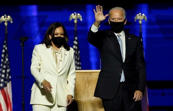 El presidente electo Joe Biden (derecha) y la vicepresidenta electa Kamala Harris (izquierda) en el escenario durante un evento de celebración celebrado fuera del Chase Center en Wilmington, Delaware, EE. UU., el 7 de noviembre de 2020.