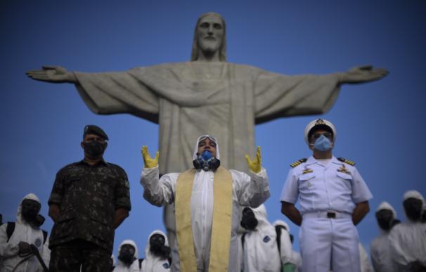 Personal militar durante las labores de desinfección del Cristo de Corcovado, una de las zonas más turísticas de Río de Janeiro. 31/8/2020 ONLY FOR USE IN SPAIN