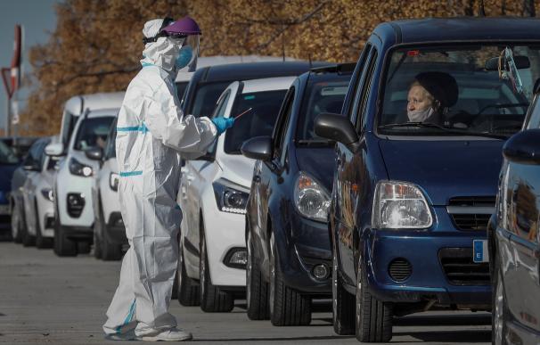 Decenas de coches hacen cola ante el hospital de campaña de La Fe de València para la realización de pruebas de detección de covid-19