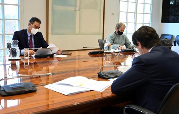 El presidente del gobierno Pedro Sánchez (i), el ministro de Sanidad Salvador Illa (d), y el director del Centro de Coordinación de Alertas y Emergencias Fernando Simón