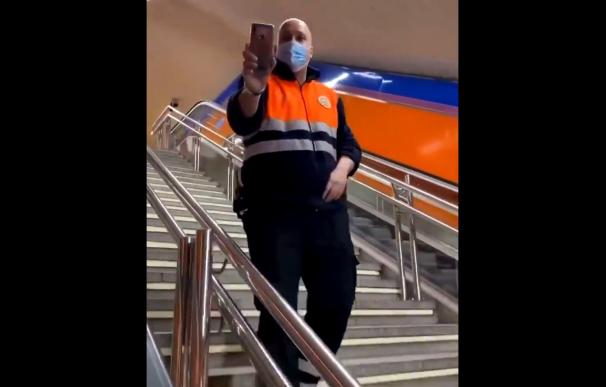 Un vigilante del Metro graba y acosa a un usuario.