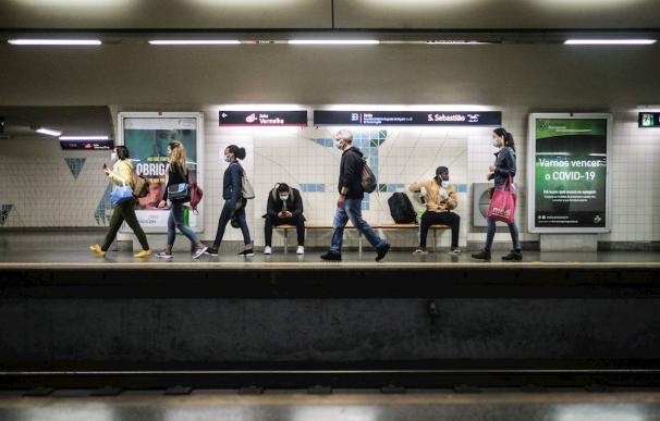 Una estación de metro en Lisboa durante el estado de calamidad decretado en el país por la emergencia sanitaria