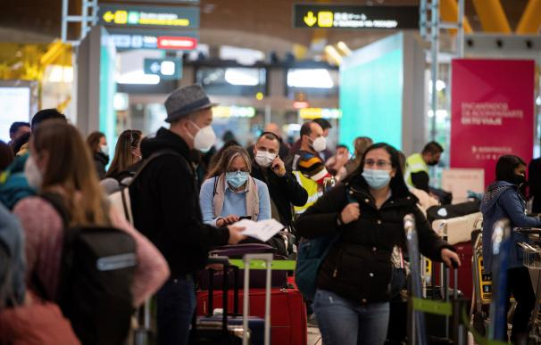 Vista de pasajeros en la terminal T-4 del aeropuerto Madrid- Barajas Adolfo Suárez este jueves.