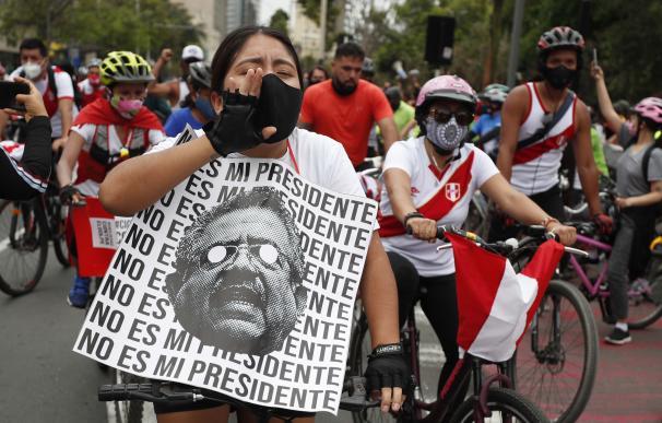 """Ciudadanos se manifiestan hoy en Lima (Perú). Manuel Merino anunció este domingo su dimisión """"irrevocable"""" a la Presidencia de Perú."""
