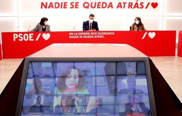 - El presidente del Gobierno, Pedro Sánchez (c) preside la Ejecutiva del PSOE en Madrid este lunes junto a la presidenta del partido, Cristina Narbona (i) y la portavoz socialista en el Congreso, Andriana Lastra (d).