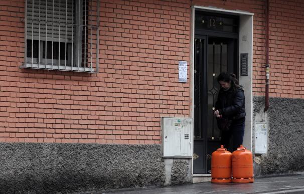 Una mujer recibe dos bombonas de butano en plena crisis del coronavirus donde muy pocos trabajos siguen en activo ya el Gobierno recomendó el teletrabajo para todos aquellos que les fuera posible, en Madrid (España), a 18 de marzo de 2020. 18 MARZO 2020;CORONAVIRUS;VIRUS;ESTADO DE ALARMA Eduardo Parra / Europa Press (Foto de ARCHIVO) 18/3/2020