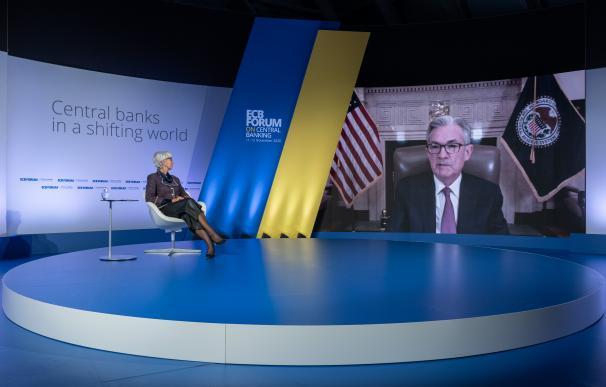 Christine Lagarde, presidenta del BCE, conversa con Jerome Powell, gobernador de la Fed.