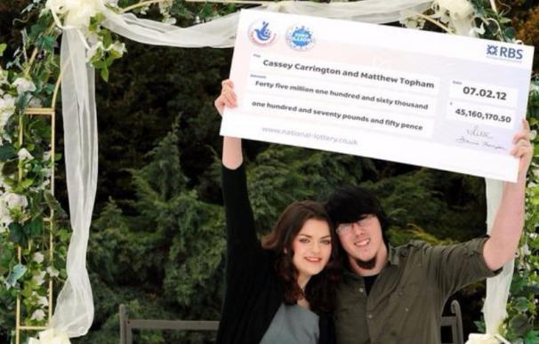 Matt Topham junto a su mujer Cassey. Es el británico más joven en ganar el Euromillones.