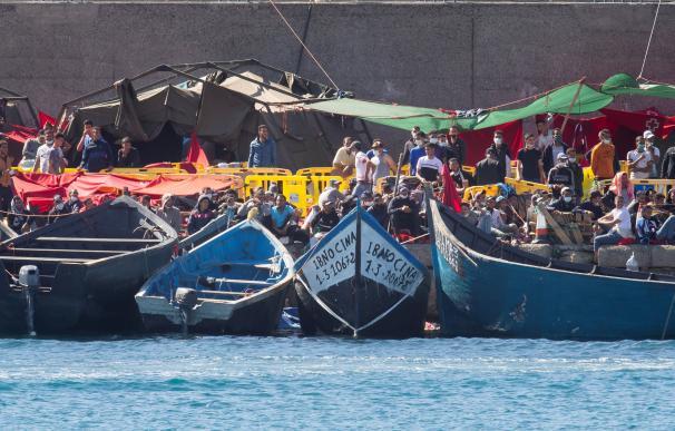Más de 2.000 personas permanecen en el muelle de Arguineguín, mientras llegan nuevas pateras