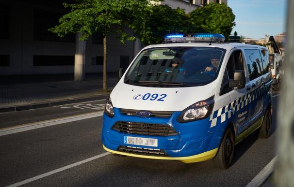 Un coche de la Policía Municipal en Pamplona un día después de que el Gobierno anunciara las medidas de desescalada por la pandemia del coronavirus, en Pamplona (Navarra) a 29 de abril de 2020. CORONAVIRUS;COVID-19;PANDEMIA;ENFERMEDAD; Eduardo Sanz / Europa Press (Foto de ARCHIVO) 29/4/2020