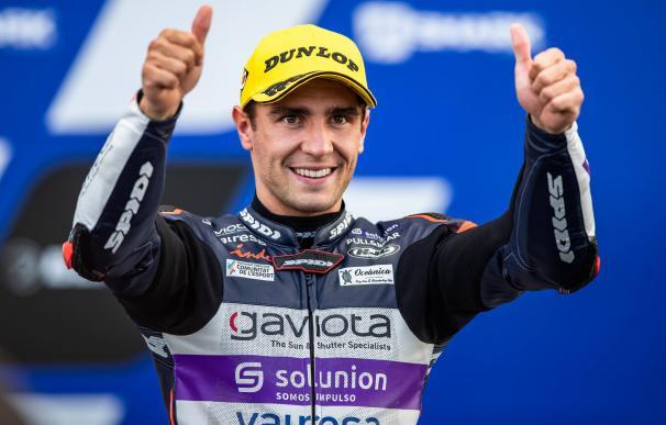 El piloto español Albert Arenas celebrando una victoria en el Mundial de Motociclismo