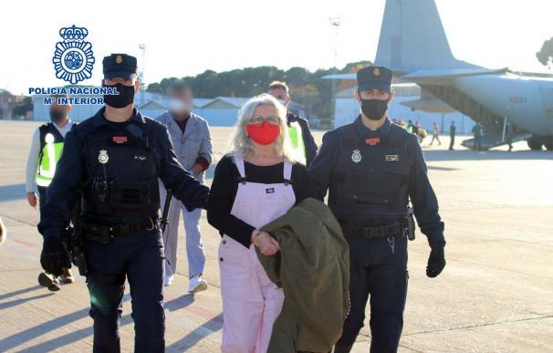 Natividad Jáuregui a su llegada a Madrid tras ser entregada por las autoridades belgas.