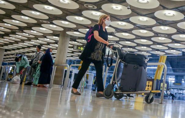 Una pasajera camina por las instalaciones de la T4 del Aeropuerto Adolfo Suárez Madrid-Barajas, en Madrid, (España), a 12 de noviembre de 2020. En plena segunda ola de la pandemia del Covid-19, el Boletín Oficial del Estado recoge desde este jueves una nueva medida que entrará en vigor el próximo 23 de noviembre y que obliga a los viajeros internacionales procedentes de hasta un total de 65 países de riesgo a tener una prueba de PCR negativa en las 72 horas previas a la llegada a España para poder entrar en el país. 12 NOVIEMBRE 2020;PCR;AEROPUERTO;T4;MADRID;TEST;COVID19 Ricardo Rubio / Europa Press 12/11/2020