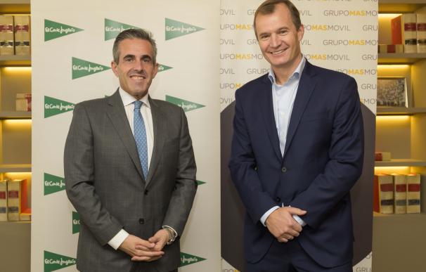 El consejero delegado de El Corte Inglés, Víctor del Pozo, y el consejero delegado de Grupo MasMovil, Meinrad Spenger, firman acuerdo estratégico